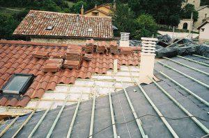 Imagen cubierta tejado de una casa, colocando tejas